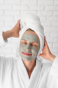Smileyvrouw met gezichtsbehandeling