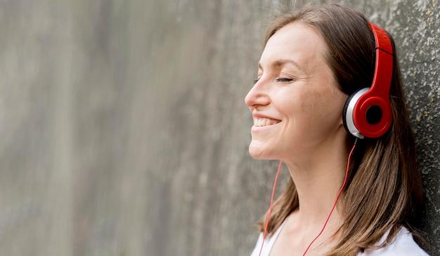 Smileyvrouw met hoofdtelefoons