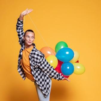Smileyvrouw met kleurrijke ballons