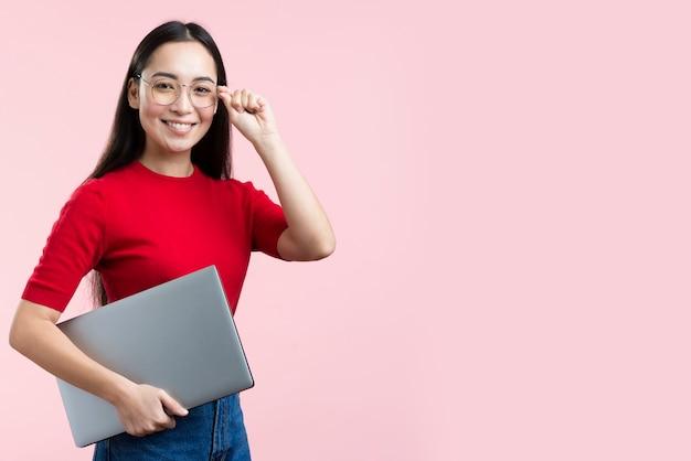 Smileyvrouw met laptop en exemplaar-ruimte