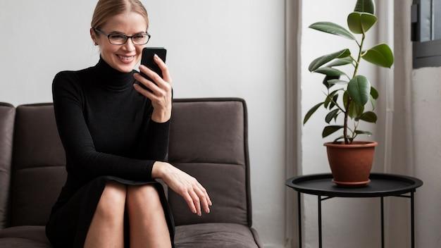 Smileyvrouw met telefoon