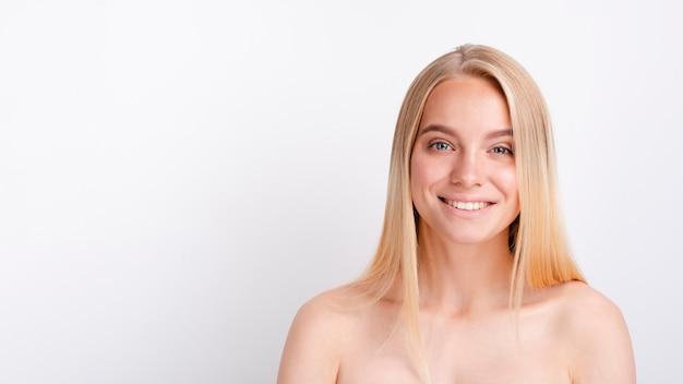 Smileyvrouw van de close-up met exemplaar-ruimte