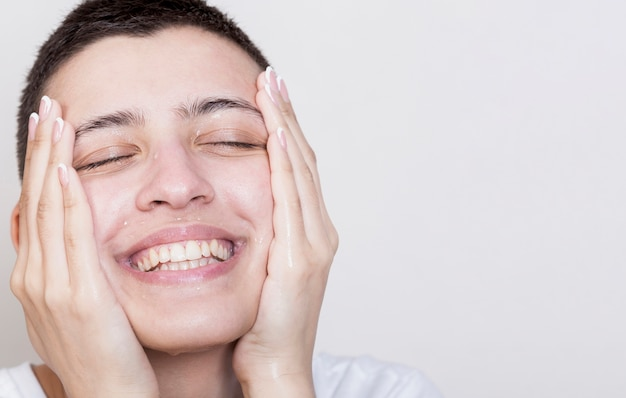 Smileyvrouw wat betreft zachte gezichtshuid
