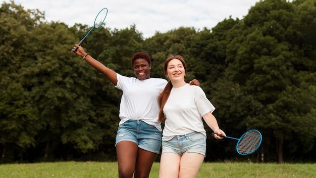 Smileyvrouwen buitenshuis met rackets