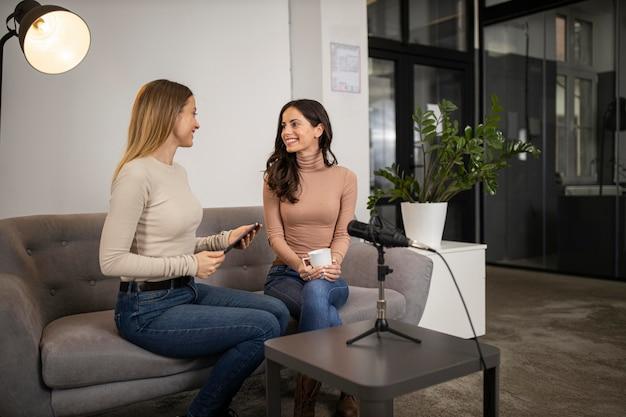Smileyvrouwen die een radio-interview doen