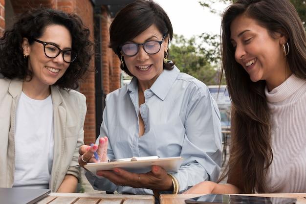 Smileyvrouwen die in openlucht samenwerken