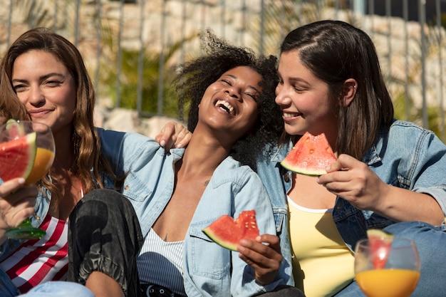 Smileyvrouwen met heerlijke watermeloen