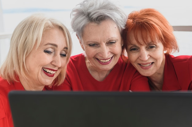 Smileyvrouwen van de close-up met laptop