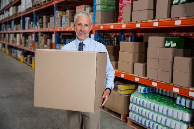 Smilng werknemer bedrijf dozen