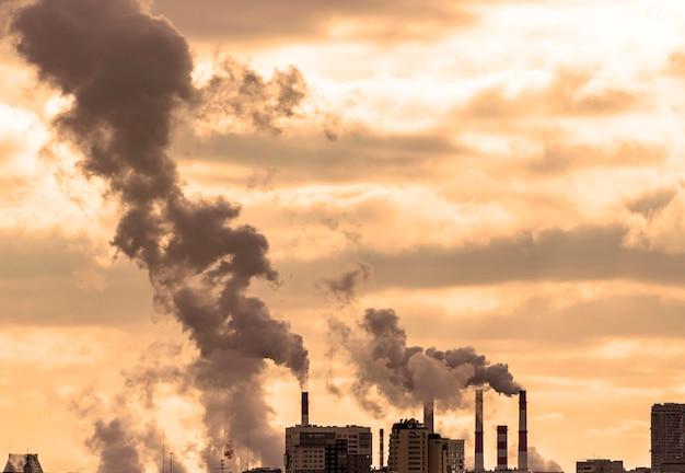 Smog vervuiling boven stad, industriële rook en vervuiling door leidingen