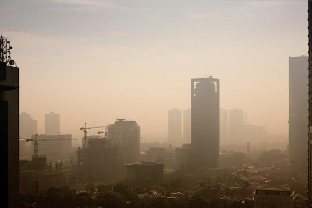 Smogkoepel over een grote stad