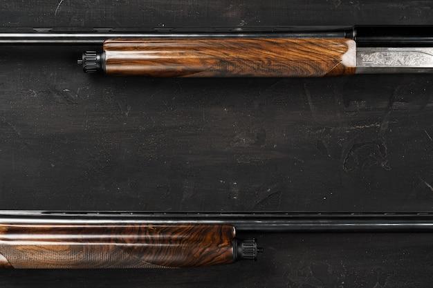 Smoothbore jachtgeweer op zwart oppervlak close-up