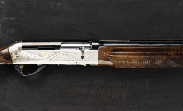 Smoothbore jachtgeweer op zwarte achtergrond close-up