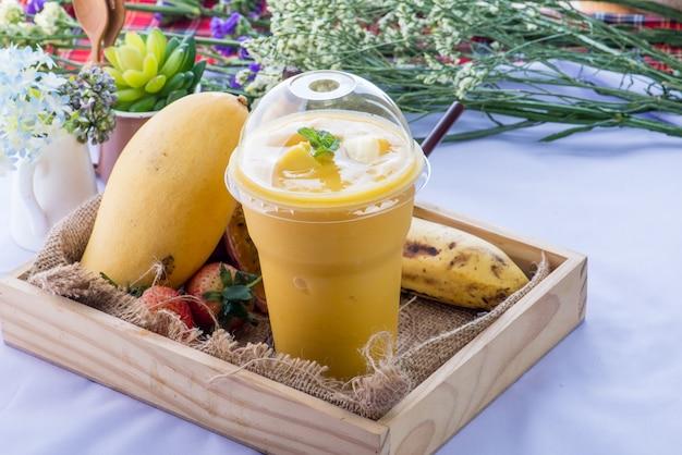 Smoothie, gezond sappig vitaminedrankdieet of veganistisch voedselconcept, verse vitamines, zelfgemaakte verfrissende fruitdrank