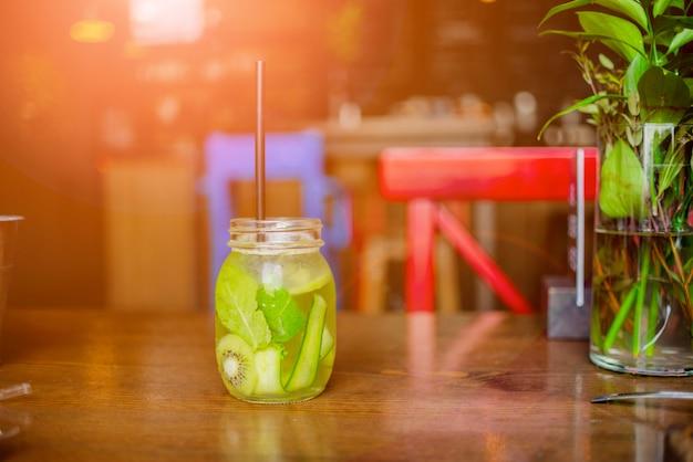 Smoothie schudden tegen gezonde smoothie drinken concept.