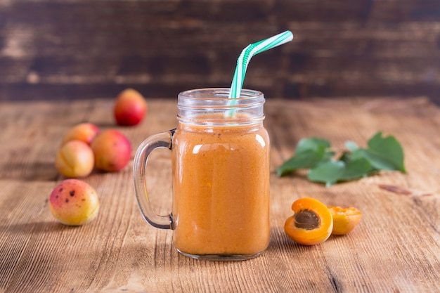 Smoothie van abrikoos en perzik in glazen mok, close-up