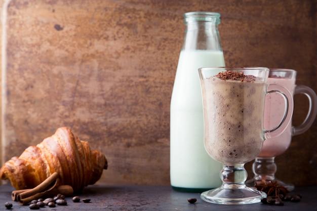 Smoothie van chocolade, banaan, melk en aardbei