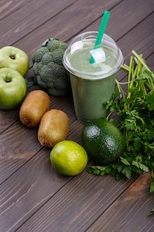 Smoothies met appels, kiwi, limoen, broccoli, peterselie en avocado