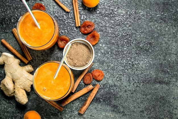 Smoothies met gedroogd fruit, gember en kaneel