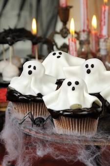 Smorgasbord cupcakes in chocoladeglazuur versierde marsepeinen geesten op halloween