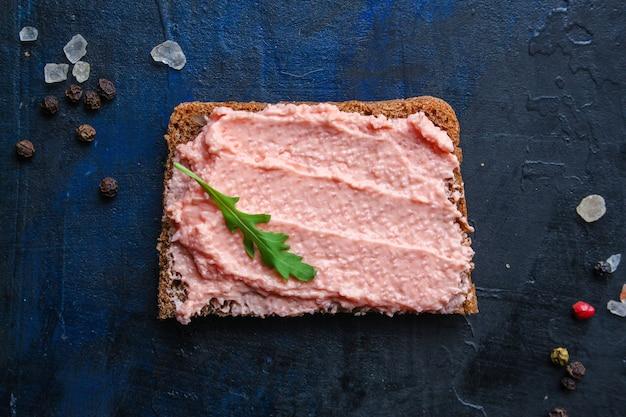 Smorrebrod lodde kaviaar sandwich en gezouten zalm, zeevruchten paté of rillettes vis