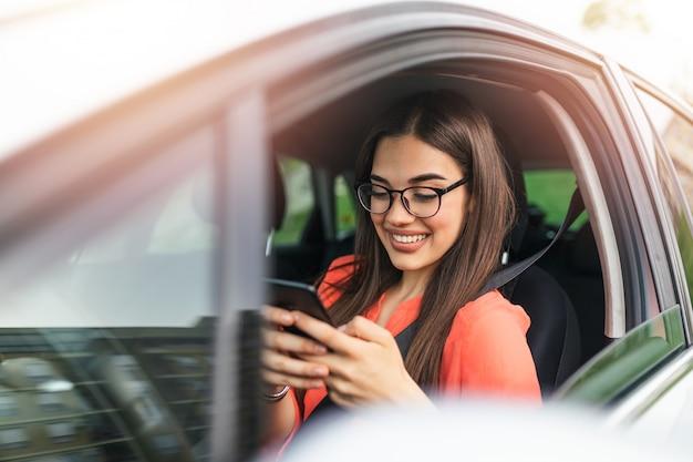 Sms'en en rijden, achter het stuur.
