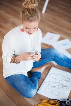 Sms'en van vrouwelijke artiest in haar kantoor