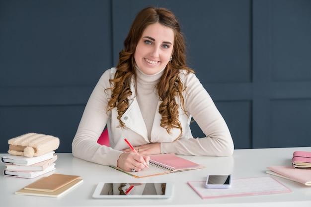 Sms zaken. jonge succesvolle vrouw die in kantoorruimte werkt