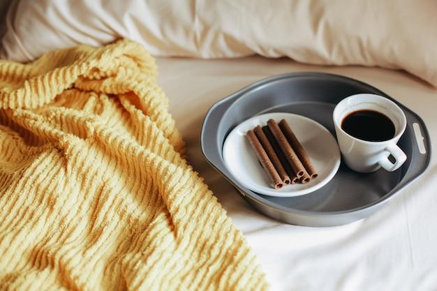 Snack en een kopje koffie voor het ontbijt op bed