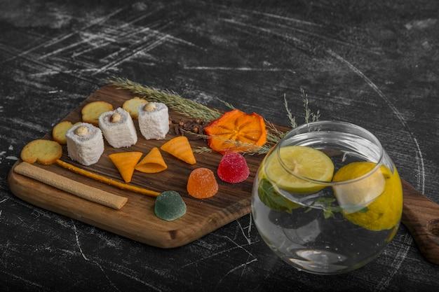 Snack- en gebaksbord met aardappelen in het water