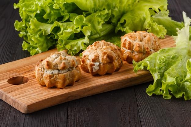 Snack met ham, kaas, peper en tomaat in tartlets. plein. concept van eten, restaurant, catering, menu