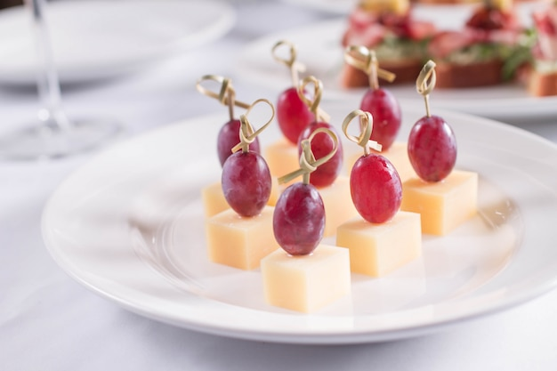 Snack op een brochette kaas met druiven