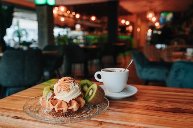 Snack op een wafel met ijs en fruit en overgoten met karamelsiroop. kopieer de ruimte