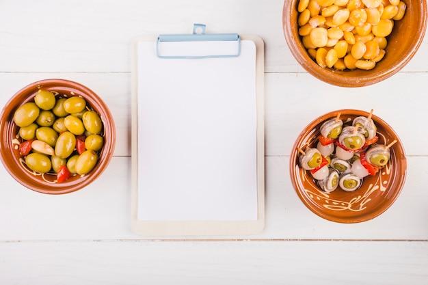 Snack platen met klembord op bureaublad