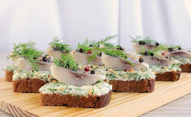 Snack roggebrood met botercrème met kruiden en specerijen haring