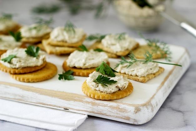 Snack van crackers en kwarkvispasta met kruiden