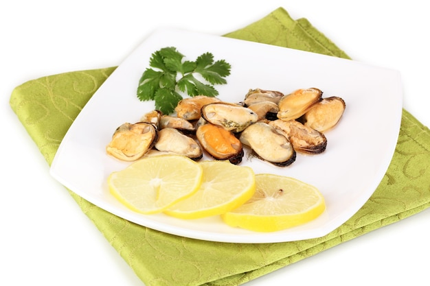 Snack van mosselen en citroen op plaat op wit