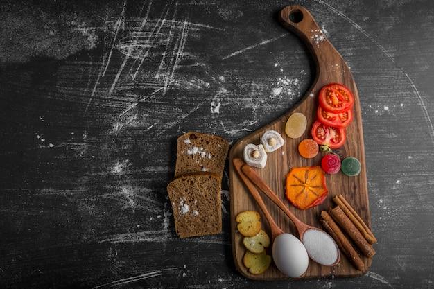 Snackbord met chips, tomaten en gebak