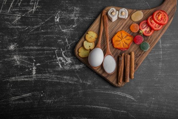 Snackbord met ei, tomaten en gebak in de bovenhoek
