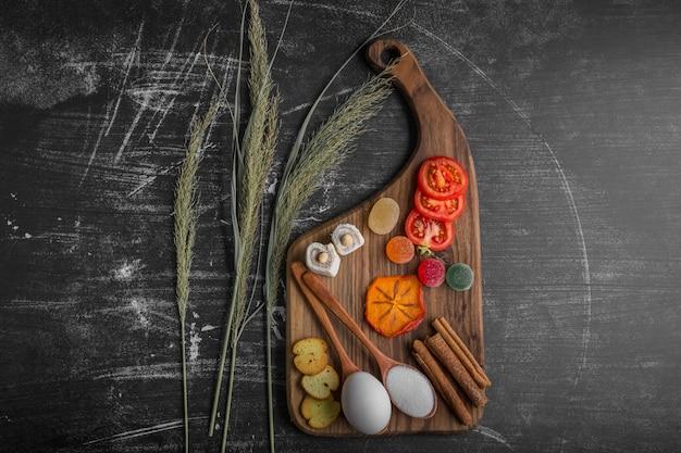 Snackbord met ei, tomaten en gebak in het midden