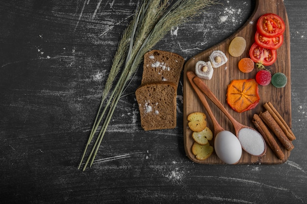 Snackbord met ei, tomaten en gebak