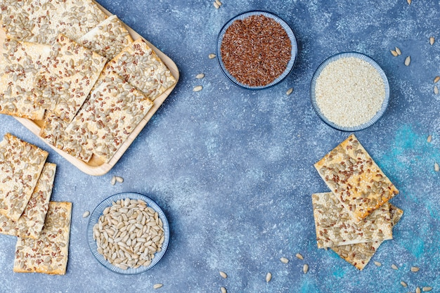 Snackkoekjes met zonnebloemzaad, linnenzaad, sesamzaadjes, bovenaanzicht
