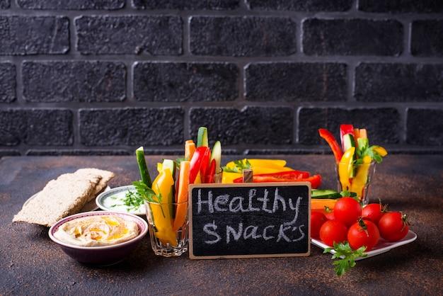 Snacks bar. groentensticks en hummus