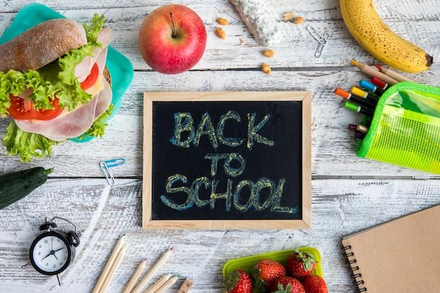 Snacks, briefpapier en schoolbord met schrijven