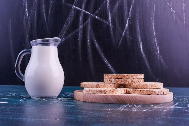 Snacks en crackers geserveerd met melk.