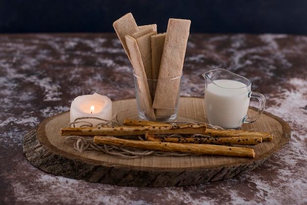 Snacks en crackers met een glas melk op rustiek