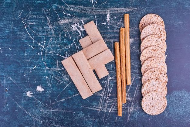 Snacks en crackers op blauwe ruimte, bovenaanzicht.