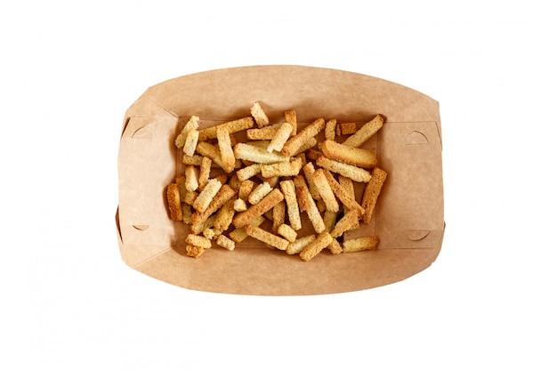 Snacks in een kartonnen lade op wit