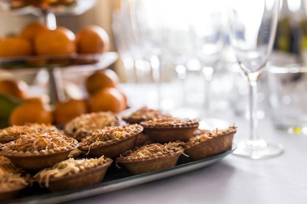 Snacks instellen. bruschetta, canapés, salades, desserts, taartjes, oesters op tafel.