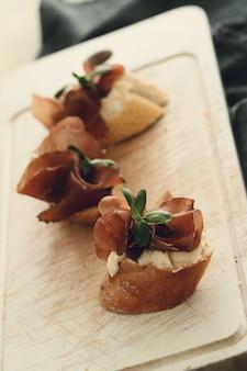 Snacks met spek. traditionele spaanse tapas